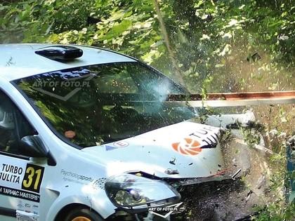 VIDEO: Polijas rallijā pēc avārijas tilta marga ieduras automašīnas salonā