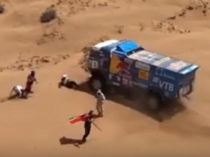 VIDEO: Viens no 'Kamaz' līderiem uzbrauc virsū cilvēkam un tiek diskvalificēts