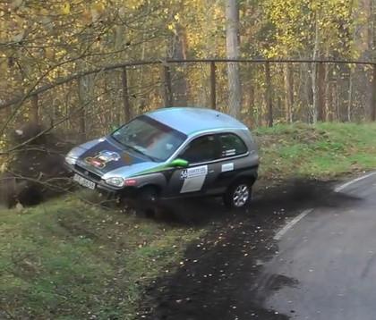 VIDEO: Minirallijā 'Latvija' vairākas ekipāžas pieļauj kļūdas 'Raganu katlā'
