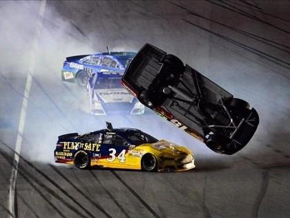 VIDEO: Iespaidīgi kūleņi un degoši auto NASCAR Daytona 500 kvalifikācijā