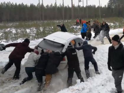 VIDEO: Skatītāji nepadodas un palīdz rallija ekipāžai tikt ārā no grāvja