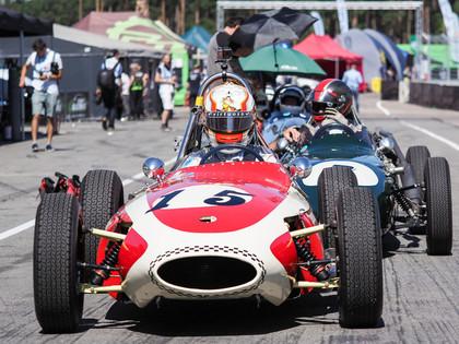 FOTO: Biķernieku trasē pulcējas vēsturiskie Formula Junior spēkrati no visas pasaules