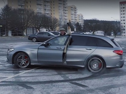 VIDEO: Solbergs pārģērbjas par 82 gadus vecu onkuli un izāzē mehāniķus