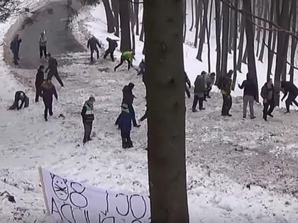 VIDEO: Rallija skatītāji apzināti uz ceļa met sniegu, lai būtu vairāk kļūdu un avāriju
