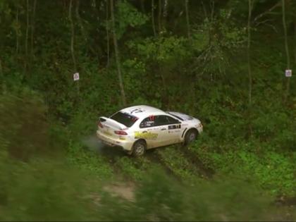 VIDEO: Vorobjovs izslīd no trases un iestieg dubļos