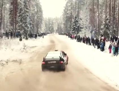 VIDEO: Rally Alūksne: Tik daudz cilvēku un mašīnu Alūksnē pēdējo reizi redzēts pilsētas svētkos