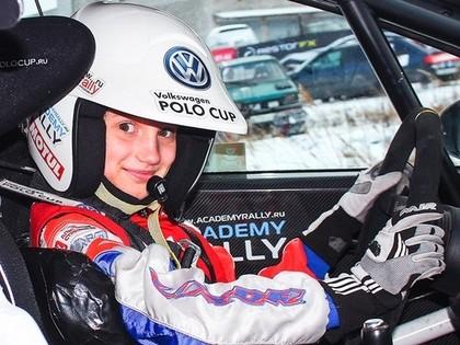 VIDEO: 11 gadus veca autosportiste sarūpē sensāciju