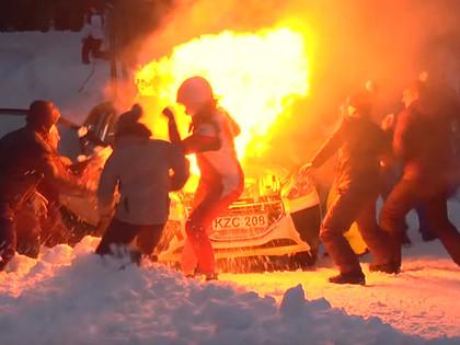 VIDEO: Lietuviešu ekipāžai Sarmas rallijā aizdegas automašīnas motortelpa