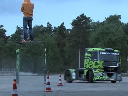 VIDEO: Iespaidīgs drifts ar 1100 zirgspēku jaudīgu kravas auto