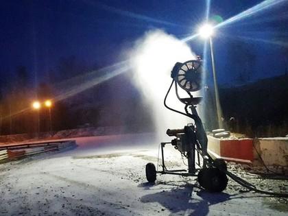 Brenguļos pirms nakts sacīkstēm izmanto sniega pūtēju