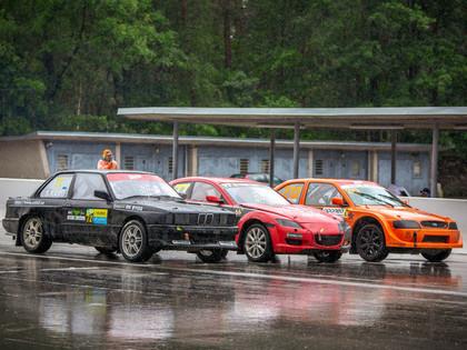 Biķernieku motorsporta festivāla otrajā dienā sportistus pārsteidz lietus, zibens un pērkons