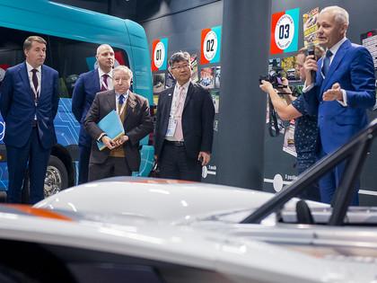 Žans Tods atzinīgi novērtē Dambja Paikspīkas auto un elektrisko kartingu projektu