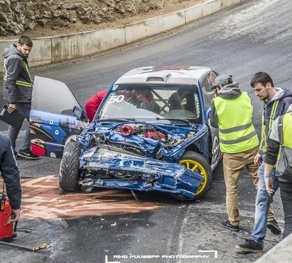 Bīstamajās drifta sacensībās Igaunijā sportists piedzīvo pamatīgu avāriju (FOTO)