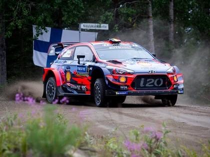 Noivils kļūst par Somijas WRC rallija līderi, Sesks JWRC klasē ceturtais