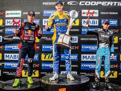Ekstroms atdod Larsonam vietu finālā, kurš neticamā veidā kļūst par čempionu (VIDEO)