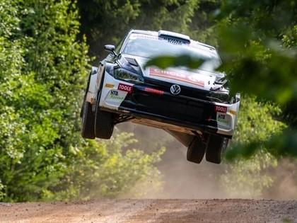 Gandrīz izgāžas Olivera Solberga sapnis par startu kopā ar tēvu Velsas WRC