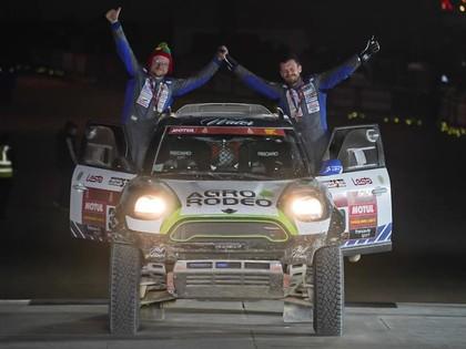 Lietuvieši caur sāpēm un cīņassparu Dakaras rallijā finišē divas minūtes pirms slēgšanas