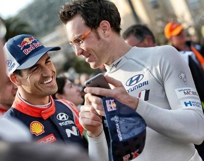 WRC čempionāta līderis par telefona lietošanu pie stūres saņem bargu sodu