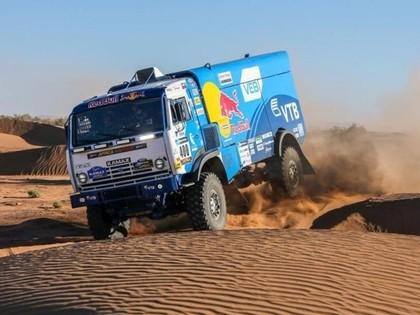 'Africa Eco Race' līderis pārsit četras riepas; trīs sportisti jauno gadu sagaida tuksnesī
