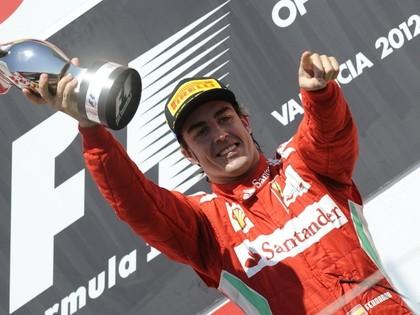 Alonso uzvar savās mājās, pjedestālu bauda arī Šūmahers