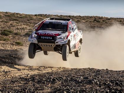 Bijušais F1 čempions aizvada testus ar 'Toyota Hilux' rallijreida mašīnu (VIDEO)