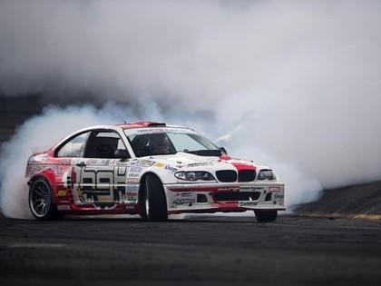 Formula D posmā Blušs izraisa avāriju, no seriāla aiziet stila etalons