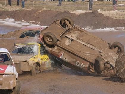 Dubļu cīņās Vecpilī vairāki kūleņi un iznīcināts auto, čempions - Starks