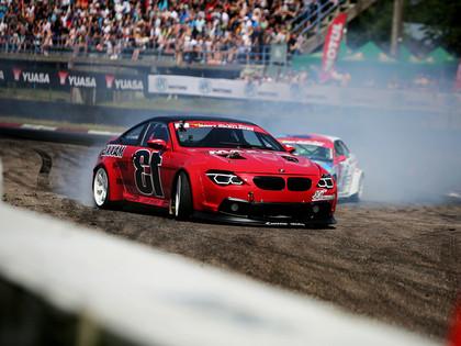 Sestdien Biķerniekos Formula Drift zvaigznes pret Eiropas titulētākajiem drifteriem