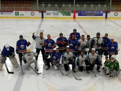 Folkreisa un autokrosa braucēji aizvada draudzības spēli hokejā