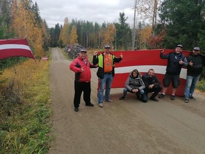 Latviešu rallija līdzjutēji Somijas WRC rallijā karogu dēļ nonāk izolatorā (FOTO)