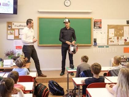 Rallijkrosa braucējs Jānis Baumanis iepazīstina skolēnus ar profesiju – autosportists