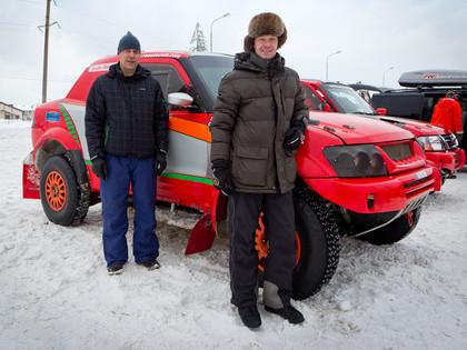 Somu rallija braucēji pirms starta uz sniega sarīko dragreisa sacensības (VIDEO)