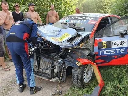 Pēc 'Rally Liepāja' pirmās dienas līderis Solbergs, Grjazinam avārija