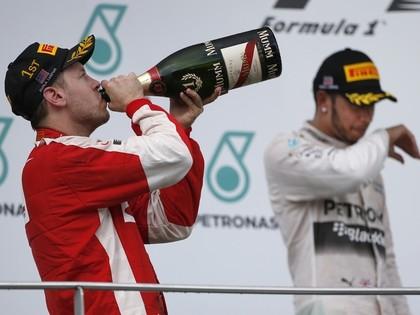 Fetels pārtrauc Mercedes uzvaru sēriju un izcīna pirmo uzvaru Ferrari sastāvā
