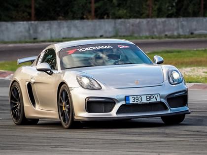 Minišosejā dramatiskas cīņas, Skultem ar 'Porsche Cayman' pirmais pjedestāls