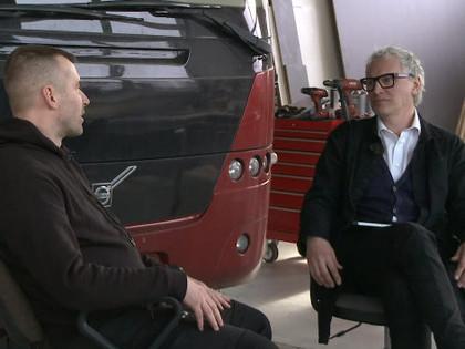 Latvijā ražoti 'milži' transportē pasaules autosporta zvaigžņu auto (VIDEO)