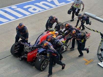 Red Bull draud Renault, Fetelam draudzīga bilde ar Ferrari vadītāju