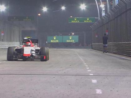 Singapūras F1 uz trases negaidīti izskrien cilvēks (VIDEO)
