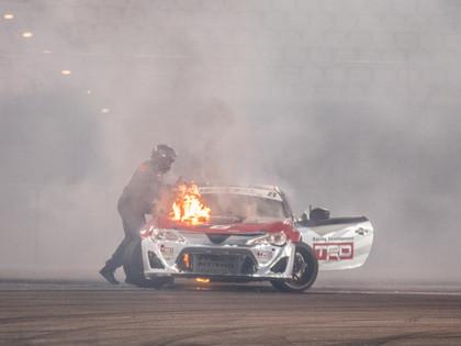 Drift Allstars Abū Dabī posmā aizdegas auto, Eglīte tehnikas dēļ izstājas (FOTO)