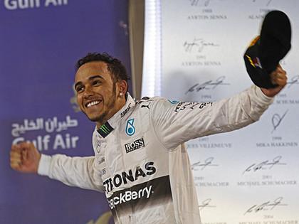Hamiltonam kārtējā uzvara, Rosbergs bremžu defekta dēļ zaudē otro vietu Raikonenam