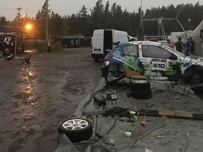FOTO: NEZ Rallijkrosa posmā Somijā vētra noposta latviešu sportistu nometnes (PAPILDINĀTS)