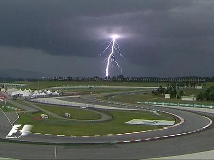 Malaizijas F1 kvalifikācijā negaiss un spēcīgs lietus, uzvaru izcīna Hamiltons
